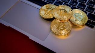El precio del bitcoin pasó los 7.000 dólares y marcó un nuevo récord