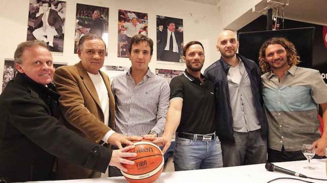 """Casalanguida en medio de """"Felo"""" y Bruno, durante la presentación (Foto: Prensa Atenas)"""