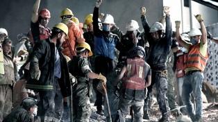 Suman 225 los muertos por el terremoto y trabajan para rescatar chicos de un colegio