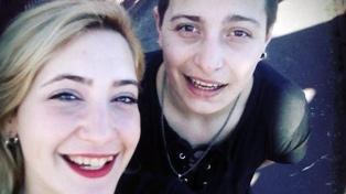 Denuncian que una mujer fue detenida por besarse con su esposa
