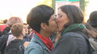 """Organizaciones sociales realizaron un """"besazo y tortazo"""" por la visibilización lésbica"""