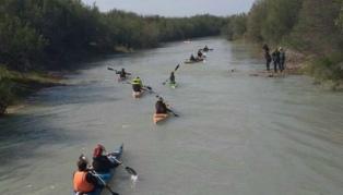 """Kayakistas realizaron una """"remada"""" para pedir por la restitución del río Atuel"""
