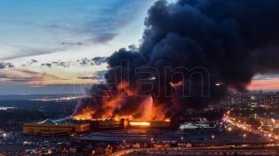 Miles de evacuados por el incendio en un shopping de Moscú