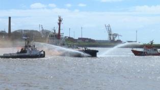 Inspectores bonaerenses revisan la zona del derrambe de fuel oil en Berisso