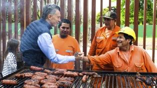 Macri compartió un asado con los obreros que están remodelando la residencia de Olivos