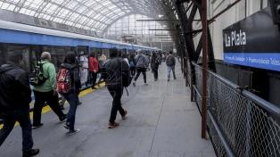 Los trenes eléctricos del Roca llegan a La Plata y los usuarios celebran