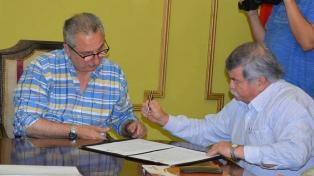 Estado y privados firman un acuerdo para la construcción de 60 mil viviendas de madera