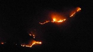 El fuego ya consumió 1.000 hectáreas en Minas Capillitas