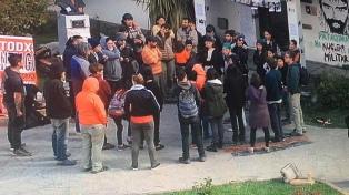 Una protesta por la muerte de Maldonado terminó con destrozos a la embajada