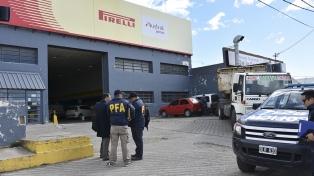 Allanaron el edificio de una cadena de gomerías de Báez