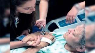 Una enfermera que le canta a una paciente terminal emociona en las redes