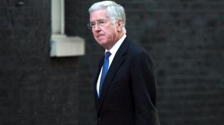 El ministro de Defensa renunció presionado por denuncias de acoso