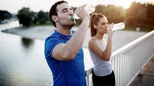 Más de la mitad de los argentinos no toma los 2 litros de agua recomendados por día