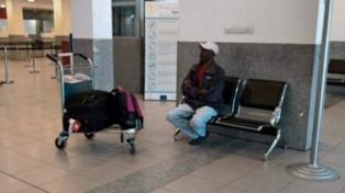 El haitiano varado seis días en el aeropuerto de Rosario regresará a su país