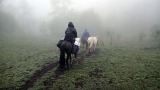 """Cabalgan 12 horas para dar clases en Tucumán: """"No cambiaríamos por nada la aventura de enseñar"""""""