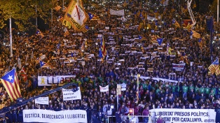 Multitudinaria manifestación por la libertad de los líderes independentistas presos