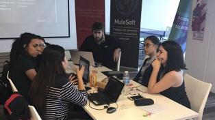 Mujeres se lanzan a programar para combatir las noticias falsas