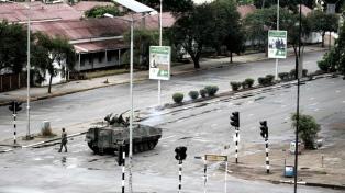 Veteranos piden la renuncia del presidente Mugabe, confinado por las FFAA
