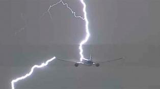 El impacto de un rayo en un avión se transformó en viral en YouTube