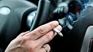 Quieren multar a quienes fuman mientras conducen en la provincia