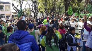 El congreso de los docentes de Santa Cruz ratificó el paro y continúa en alerta