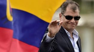 Cientos de ciudadanos recibieron a Correa en su vuelta a Quito