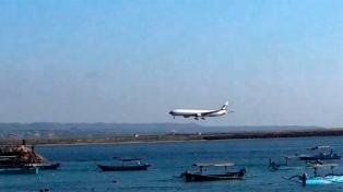 El aeropuerto de Bali reabrió tras un cierre de tres días por las cenizas