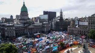 Gremios opositores marcharon contra las reformas que impulsa el Gobierno