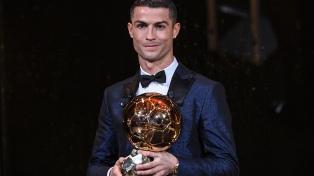 Cristiano Ronaldo ganó el Balón de Oro e igualó a Messi