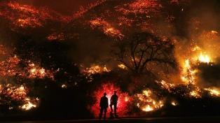 Fuertes vientos impiden el control de incendios forestales en Californa