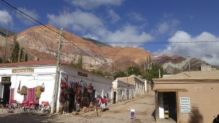 Purmamarca, el pueblo enclavado entre cerros multicolores con un manifiesto arraigo cultural