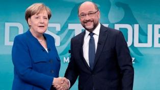 """Merkel y Schulz inician con """"optimismo"""" y """"firmeza"""" negociaciones para formar gobierno"""