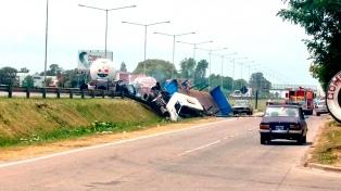 Dos muertos por un choque y explosión entre dos camiones en Panamericana