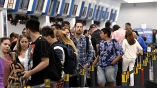 Viajaron en avión al exterior casi el doble de turistas de los que ingresaron al país