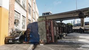 Dos heridos y demoras en el tránsito al volcar un camión