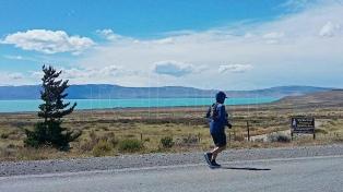 """Un maratonista de El Calafate corrió """"contra las represas"""""""