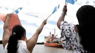 """Con un homenaje al """"San Juan"""", el """"Irízar"""" zarpó hacia la Antártida después de diez años"""