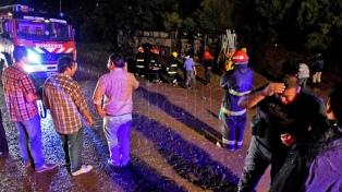 Cinco muertos y 32 heridos al volcar un ómnibus en Santiago del Estero