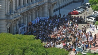 Docentes, gremios y estudiantes marcharon contra el cierre de los institutos terciarios