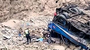 Al menos 51 muertos al desbarrancarse un ómnibus