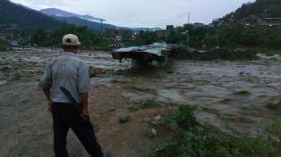 Al menos cinco muertos y más de 10 desaparecidos al caer un puente peatonal
