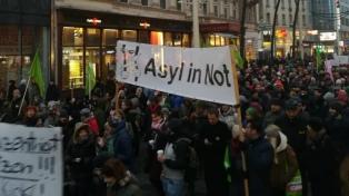 Miles de personas salen a protestar en Viena contra el gobierno conservador