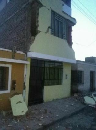 Al menos dos muertos y 56 heridos por un sismo de 6.8 grados