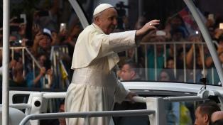 Miles de chilenos y visitantes salieron a saludar a Francisco
