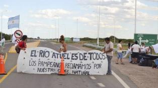 """Realizaron un abrazo simbólico al río Atuel por una """"solución razonable"""" al conflicto"""