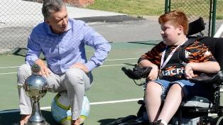 Macri recibió a los campeones de la Copa Libertadores sobre sillas de ruedas motorizadas