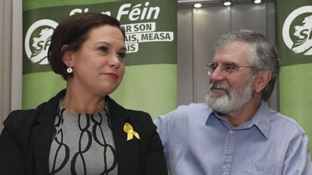 Mary Lou McDonald, candidata del Sinn Féin, junto al dirigente histórico Gerry Adams