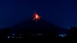 El volcán Mayon intensificó su actividad con una nueva erupción