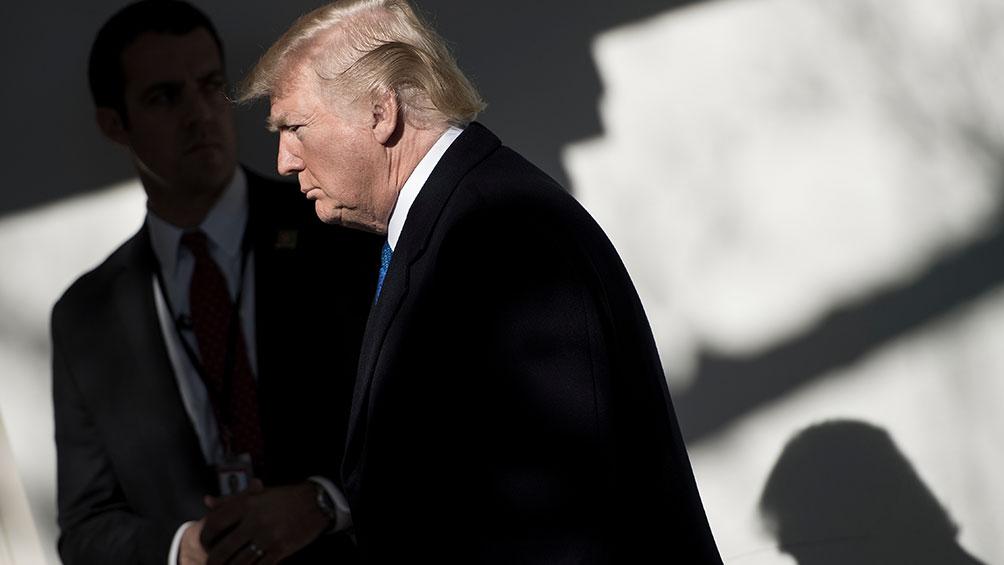 Un gobernador republicano respalda la investigación contra Trump