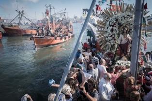 Una emotiva procesión náutica recordó a los tripulantes del ARA San Juan